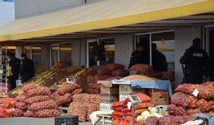 Peste o tona de legume si fructe confiscate de politisti