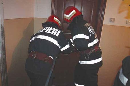 Interventie a pompierilor la un batran cazut in casa si cu usa incuiata