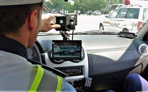 Oprit de polițiști pentru că circula cu 80 km/h în oraș, aceștia au constatat că șoferul era și sub influența alcoolului