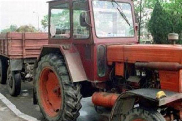 S-a ales cu dosar penal după ce a lovit un autoturism cu o țepușă aflată în remorca tractorului neînmatriculat