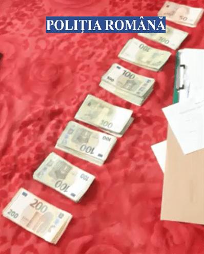 poliţiştii au ridicat înscrisuri, aproximativ 33.000 de euro, telefoane mobile şi alte medii de stocare