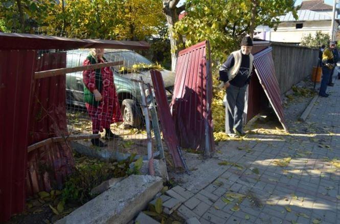 Un șofer băut a distrus un gard cu mașina unei firme de taximetrie