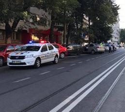 Un minor de 16 ani a intrat cu masina intr-un refugiu de tramvai si a avariat o alta masina