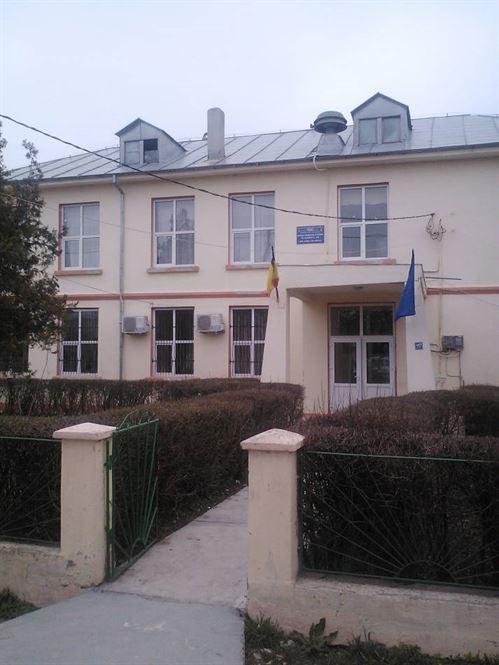 Un muncitor de la firma care renovează școala din comuna Viziru a căzut de pe acoperiș