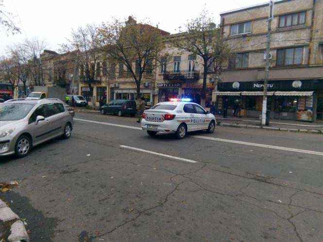 Tânăr surprins de polițiști în timp ce încerca să vândă parfumuri fără documente legale