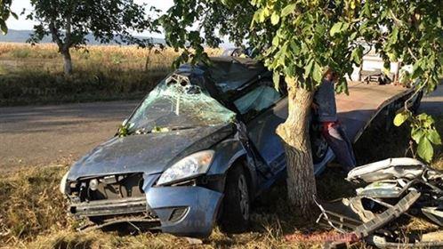 Un tanar de 19 ani din Gropeni a intrat frontal cu masina intr-un copac