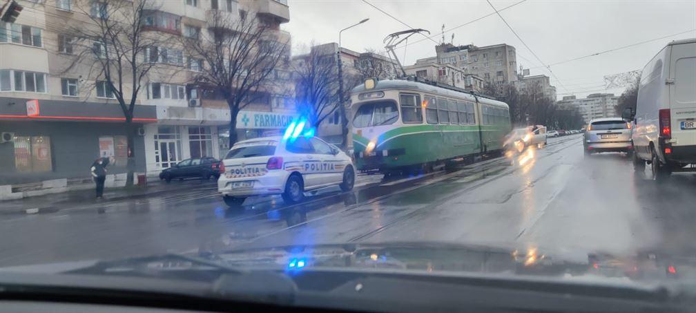 Bătrână cazută pe carosabil după ce a coborât din tramvai
