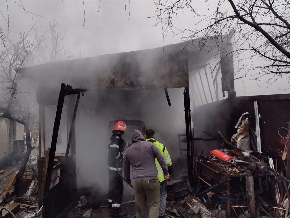 Incendiu pornit dintr-un garaj