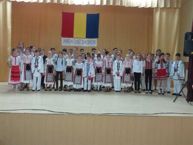 Spectacolul a fost organizat pentru a aniversa 100 de ani de la Marea Unire și a avut ca invitați grupuri folclorice din județul Brăila, dar șiAnsamblul etnografic BOGHEANCA de la Centrul raional de creaţie al copiilor UNIVERSUL, filiala Gimnaziul Maria Sarabasa din Republica Moldova.