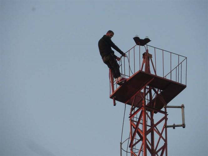 Mobilizare de forțe pentru un bărbat care s-a urcat pentru a patra oară pe un stâlp în zona Piața Mare
