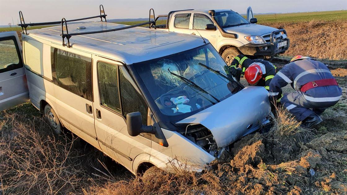 Mașină în care se aflau 6 persoane a intrat într-un șanț aflat pe marginea drumului