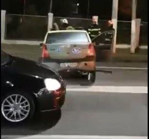 Două mașini avariate și un stâlp rupt, după o tamponare în zona Barierei