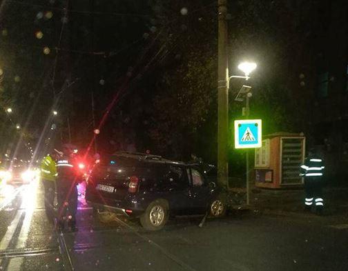 A intrat cu mașina într-un stâlp de pe Calea Galați