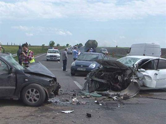 """DN2-E85 din județul Buzău, numită """"Crucea Comisoaiei"""", două autoturisme s-au ciocnit frontal"""