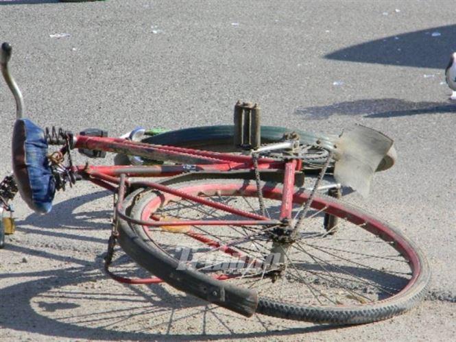 Biciclist băut, s-a dezechilibrat și a căzut pe trotuar accidentându-se