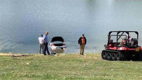 Mașină căzută într-un canal de irigații, proprietarul găsit la domiciliu