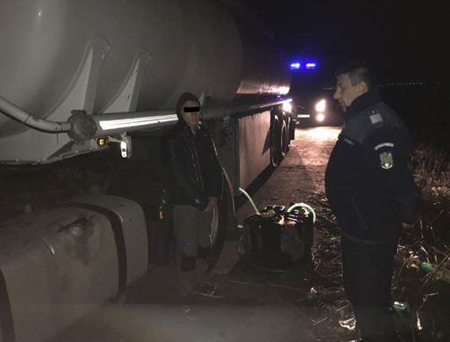 Depistati de jandarmi in timp ce cumparau motorina ieftina direct din cisterna