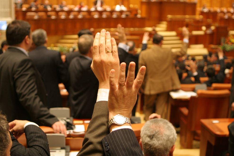 Votul pentru sefia Senatului, în plenul de astazi. Vezi candidatii