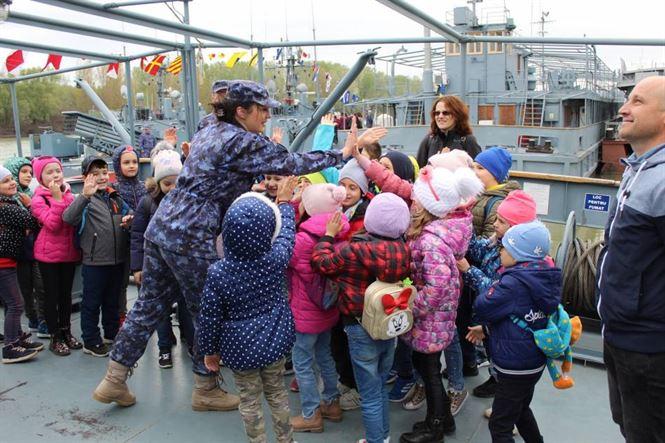 """Circa 1200 de elevi au participat la acțiunea """"Armata – O școală altfel"""" desfășurată în Portul Militar"""