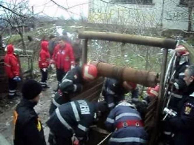 Scoasa de pompieri din fantana in care s-a aruncat