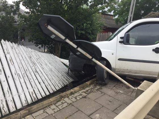A urcat băut și fără permis la volan și s-a oprit într-un gard