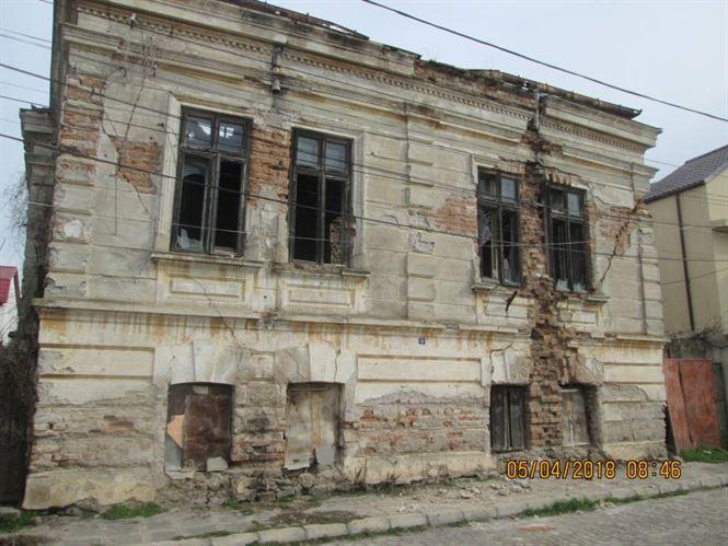 Proprietarii cladirilor lasate in paragina amendati de Politia Locala