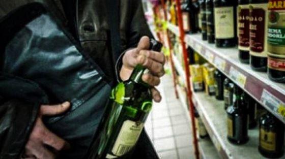 Doi braileani au furat dintr-un supermarket un set de baterii si o sticla de bautura