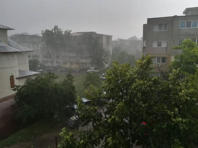 Efectele furtunii și ploii torențiale de sâmbătă seara