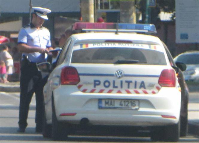 Șofer băut oprit de polițiști, după ce tamponase și două mașini parcate