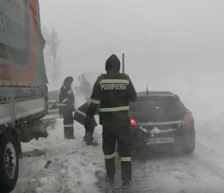 Brăileni salvați de pompierii din Ialomița din autoturismele blocate azi-noapte în zona Iazu