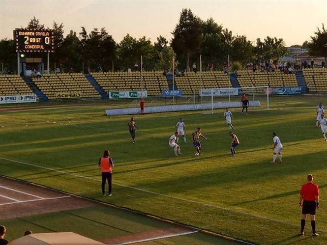 Dupa o prima repriza buna, Dacia Unirea a pierdut cu 0-2 la Calarasi si a terminat meciul in 9 oameni