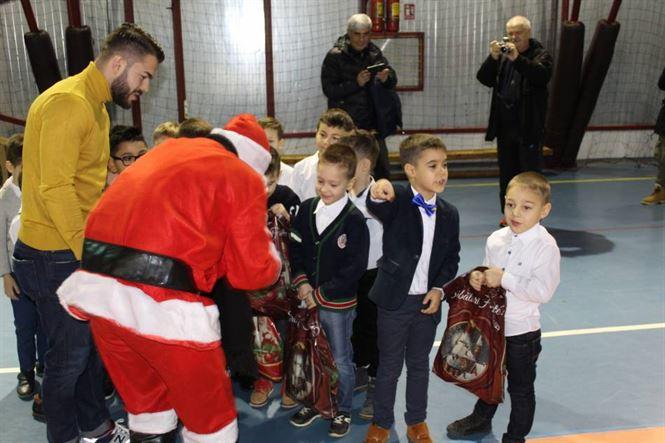 Moș Crăciun a venit vineri la copiii de la Kinder