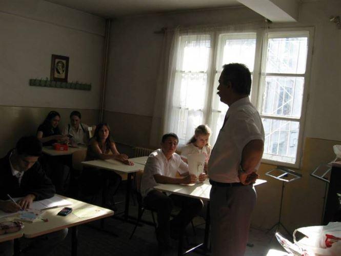 Un profesor vrea sa intre cu arma in sala de clasa