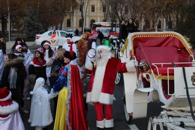 Moș Crăciun nu a mai așteptat zăpada și a deschis Orășelul Copiilor vineri seara