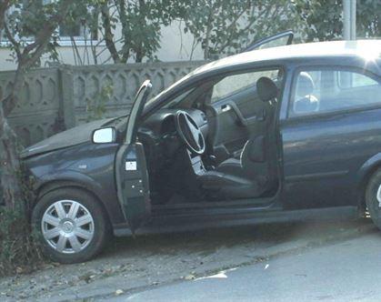 Mort de beat și fără permis a intrat cu mașina în gardul unui consătean