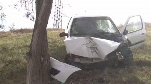 Un bărbat a intrat cu mașina într-un copac și a fugit de la locul accidentului deși avea în mașină două victime