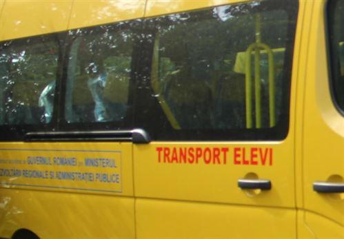 Șoferul unui microbuz școlar sancționat pentru că nu purta masca de protecție corespunzător