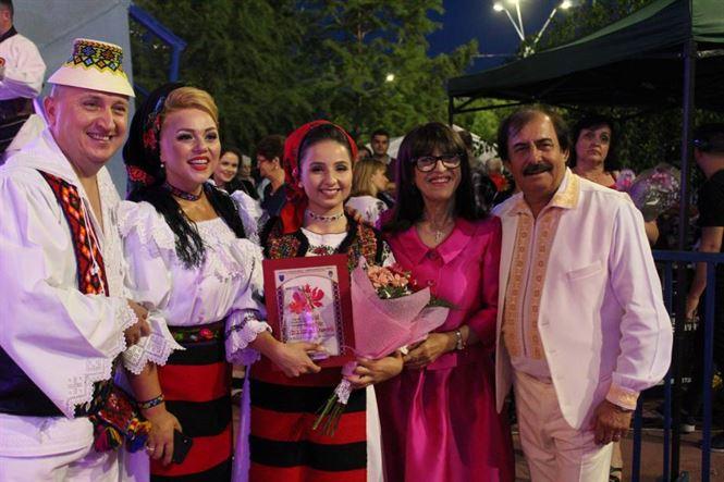 """Trofeul Festivalului Internațional de folclor """"Cântecul de dragoste de-a lungul Dunării"""" a fost câștigat de o fată din Maramureș"""