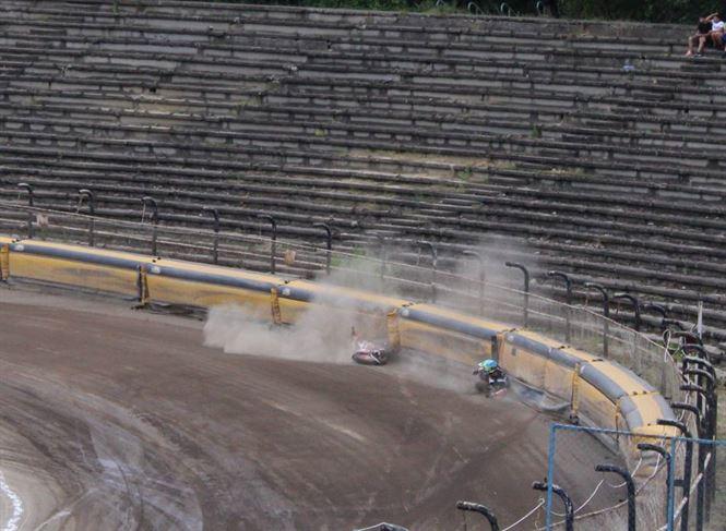 Spectacol, aplauze, căzături și puțină ploaie la prima etapă a campionatului de dirt track