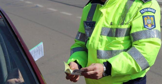 Cu permisele de conducere suspendate au sperat să nu fie opriți de polițiști