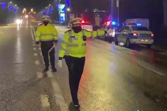 În intervalul orar 23.00 – 05.00, acţiunile polițiștilor au vizat şi interdicţia de circulaţie a persoanelor în afara locuinţelor