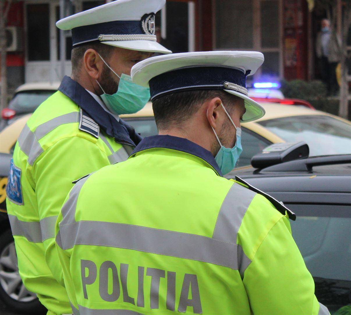 Deși trebuiau să stea în carantină la domiciliu, polițiștii i-au depistat pe străzi
