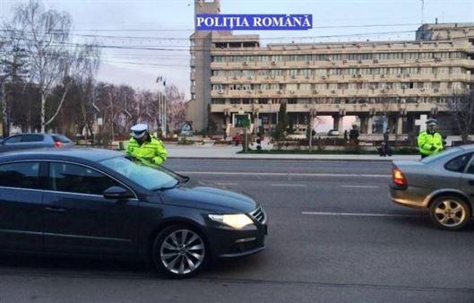 Poliţiştii vorbesc participanţilor la trafic de purtarea centurii de siguranță