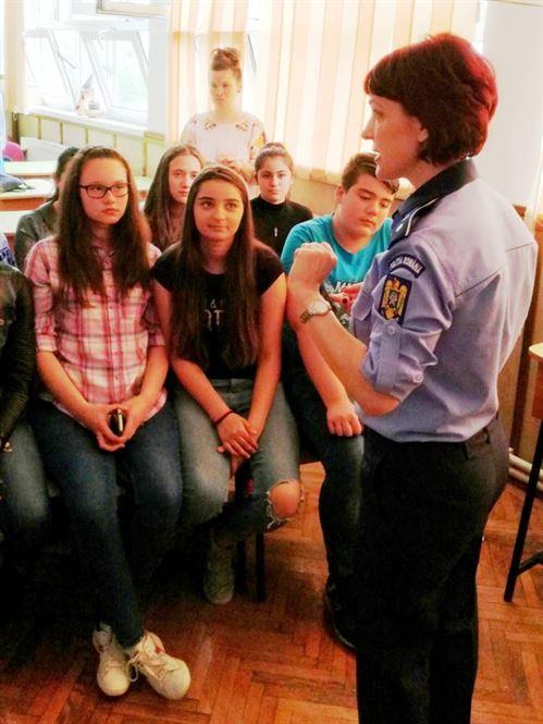 Dacă e marţi, poliţiştii se adresează fetelor