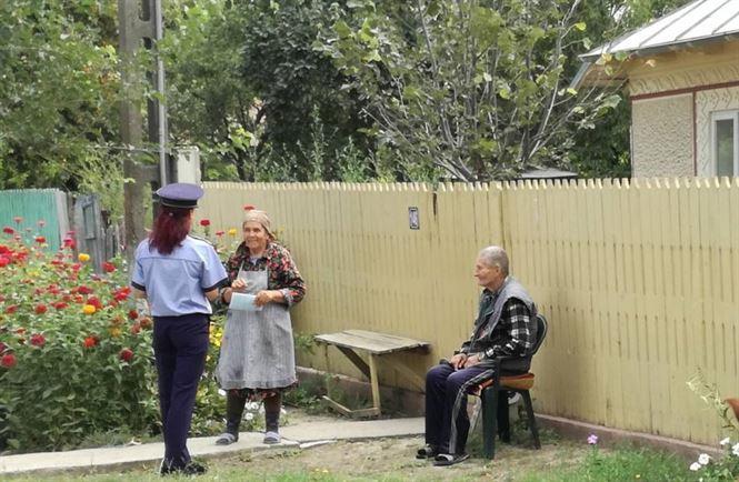 Poliţiştii îi învaţă pe vârstnici despre prevenirea tâlhăriilor în locuinţă