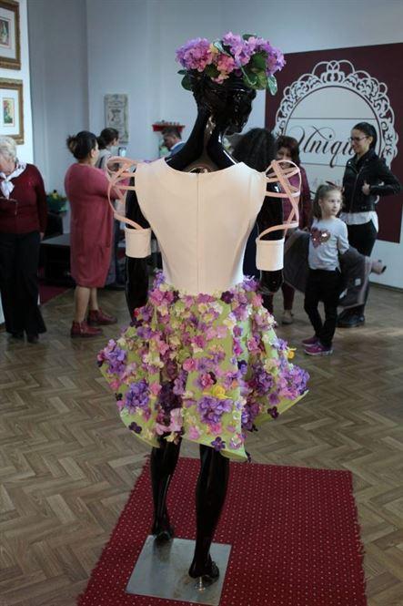 """O nouă rochiță din flori artificiale de primăvară la inaugurareamagazinului pret-a-porter, """"Unique"""" by Atelierul Ralucăi"""