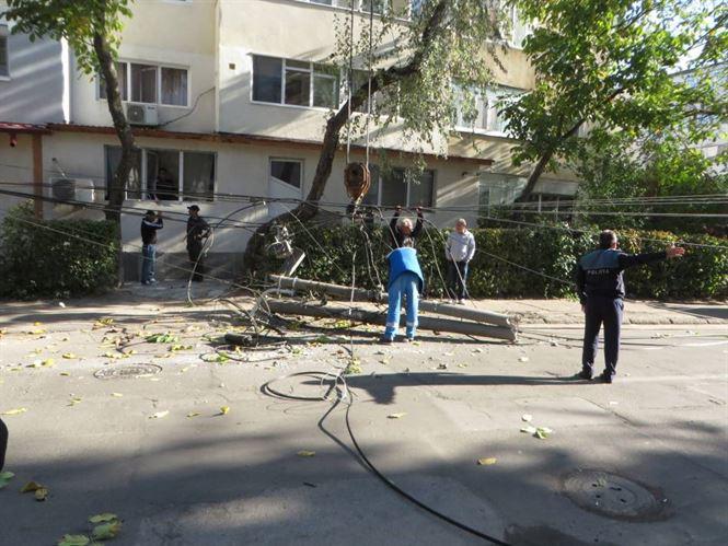 Galerie foto+video: Stalp de electricitate rup pe strada Milcov