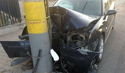 Tamponat din spate de un sofer neatent, a intrat cu masina intr-un copac si un stalp de electricitate