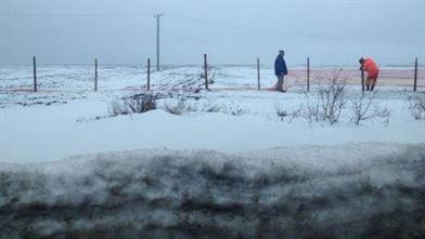 Dumuri blocate, sate fara curent, 57 de persoane la Centrul de primire