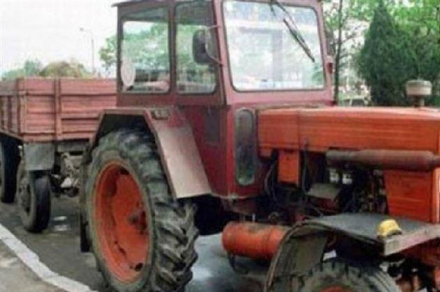La miezul zilei conducea un tractor cu remorcă neînmatriculate